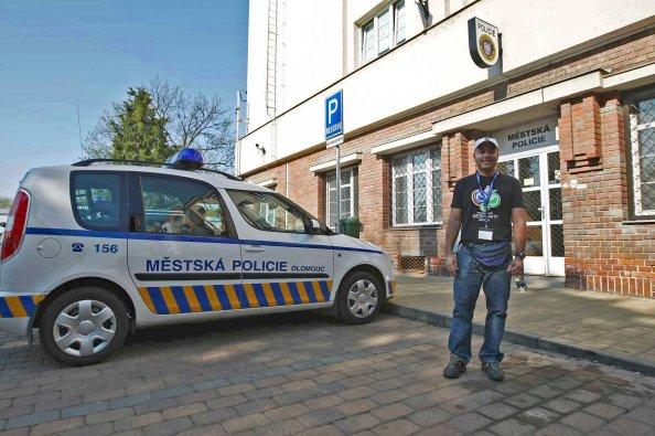 Juan Uribe frente a la estación de Policía de Olomouc (República Checa), donde supuestamente buscaban a un narcotraficante colombiano homónimo. Foto: Cortesía de Dante Piaggio