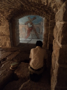 Una experiencia inolvidable de Eduardo Espinosa: cuando se arrodilló en la Vía Dolorosa original, en Jerusalén. Foto: Cortesía de Eduardo Espinosa