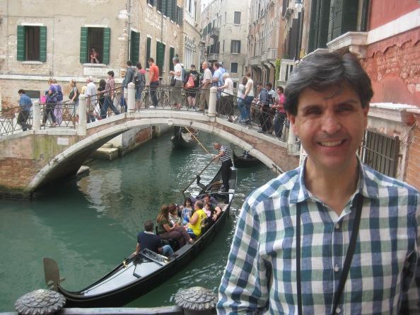 Eduardo Espinosa, gerente de Aves Tours, ha conocido cerca de 40 países. Aquí, en Venecia (Italia). Foto: Cortesía de Eduardo Espinosa