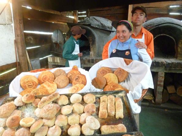 Yolanda Díaz y Antonio Fuentes elaboran en Tabio, en Pan de Leña, panes artesanales de más de 35 sabores. Foto: Juan Uribe