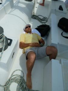 Siempre me siento o me acuesto en la parte de atrás del bote para no marearme. Aquí, en catamarán a la isla Saona, en República Dominicana.