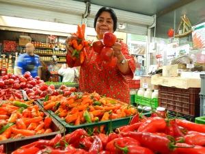 Cuando empezó su negocio, hace 42 años, Eugenia Montejo machacaba el ají con una tabla y una piedra y lo vendía por cucharadas en bolsas plásticas. Foto: Juan Uribe