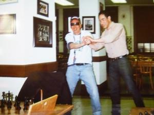 El 'hermano' de Bruce Lee (izquierda) posa con alguien a quien él identifica como Steven Seagal. Foto: cortesía del 'hermano' de Bruce Lee