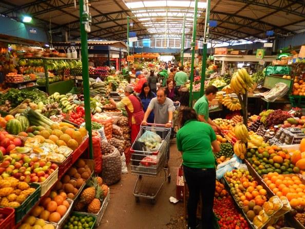 El sábado es un buen día para visitar la plaza de Paloquemao, que ofrece una gran variedad de frutas y verduras, entre otras cosas. Foto: Juan Uribe