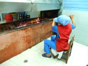 Un cuy se asa durante 40 minutos en el asadero de cuyes Pinzón, en Pasto. Foto: Juan Uribe