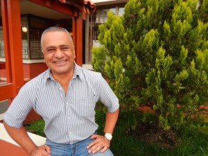 Óscar Herrera aprendió en las fincas de Nariño a identificar cuando un cuy está a punto para ir al asadero. Foto: Juan Uribe