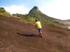 Al guía Guillermo Rodríguez le bastan unas chanclas para subir el cerro Mavecure, en Guainía. Foto: Juan Uribe
