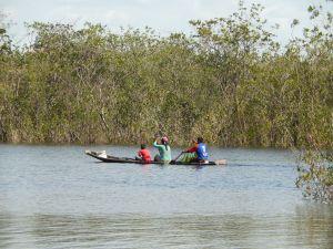 Por el caño San Joaquín pasan familias indígenas en sus canoas. Foto: Juan Uribe