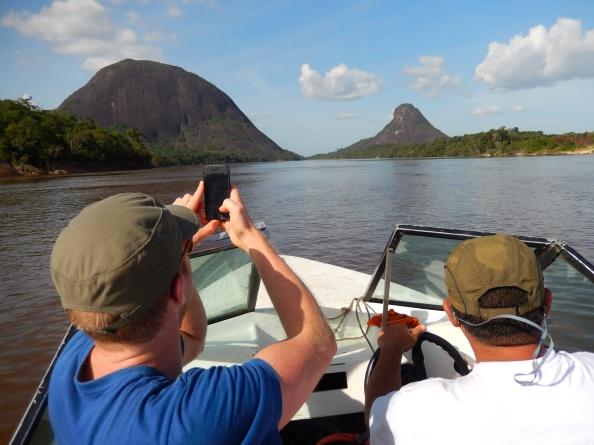 A los cerros Mono (izquierda) y Mavecure (derecha) se llega luego de un viaje de una hora y media en lancha rápida. Foto: Juan Uribe