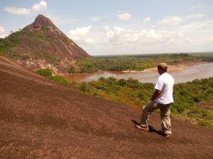 El cerro Mavecure, al fondo, mide 250 metros de altura y hace parte del escudo guayanés. Foto: Juan Uribe