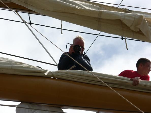 Stephan Riedel asegura que el mejor programa que le pueden proponer es salir a tomar fotos. Aquí, en el buque Gloria, durante una travesía por Suramérica en 2010. Foto: Cortesía de Stephan Riedel.