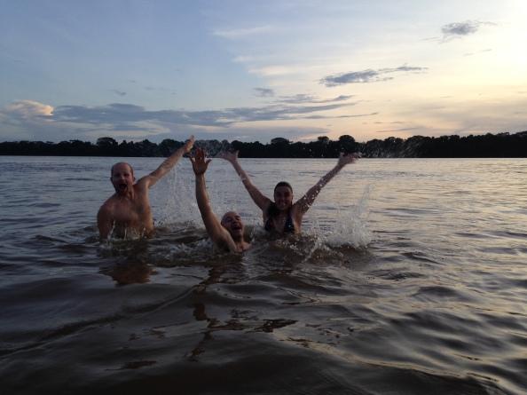 De izquierda a derecha, Sebastien Longhurst, Juan Uribe y Toya Viudes se dan un baño en el río Orinoco. Foto: Cortesía de Sebastien Longhurst