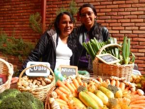 Anaís Muñoz (izquierda) y Andrea Montoya representan a siete productores campesinos de Usme, Ciudad Bolívar y Sumapaz, en el suroriente de Bogotá. Foto: Juan Uribe