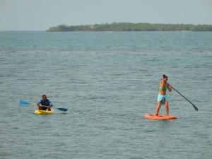 Algunos salen en kayak (izquierda); otros se montan en un 'paddle board' – una tabla sobre la que se avanza de pie, hundiendo un remo en el agua. Foto: Juan Uribe