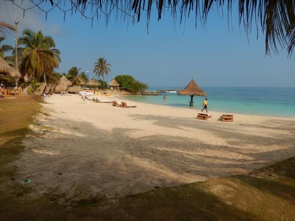 El día comienza bien en Isla Múcura: con la arena suave de la playa del hotel Punta Faro. Foto: Juan Uribe