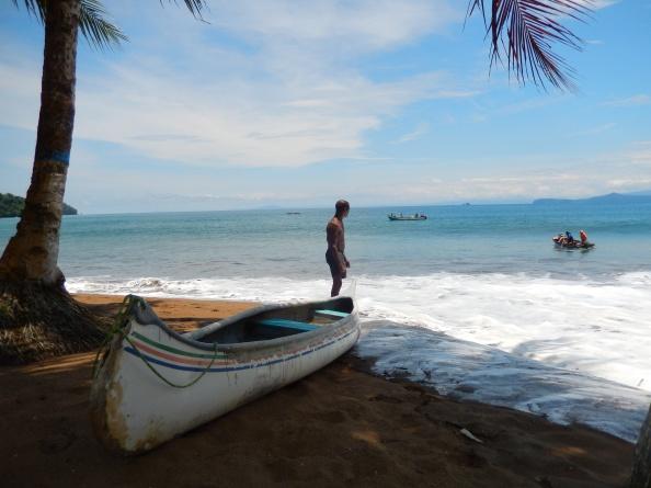 La espuma llega suavemente hasta la arena frente al hotel Playa de Oro Lodge, en Huina, 20 minutos al sur de Bahía Solano (Chocó). Foto: Juan Uribe