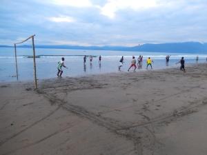 La marea baja en Huina cada 15 días y deja una franja de arena de unos 60 metros en los que se puede jugar fútbol. Foto: Juan Uribe