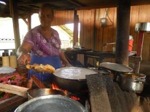 María Agraciada Palacio, cocinera que prepara un atún exquisito junto al aeropuerto de Bahía Solano. Foto: Juan Uribe