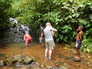 Turistas en los riachuelos de Juná, a 15 minutos del hotel Playa de Oro Lodge, en Huina. Foto: Juan Uribe